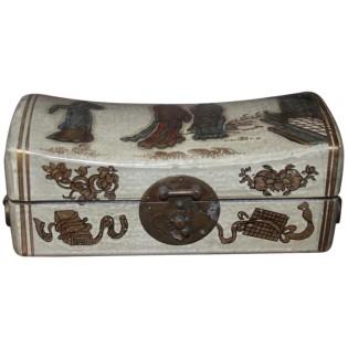 kleinen weiBen dekorierten Box