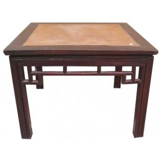 mesa auxiliar antigua con inserciones de mimbre
